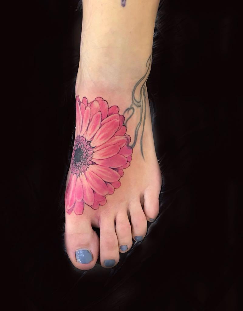 Ljubica Wild Spirit Hamen Blumen Tattoo auf dem Fuß