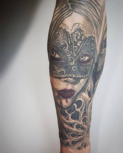 Tattoo einer Frau auf dem Arm