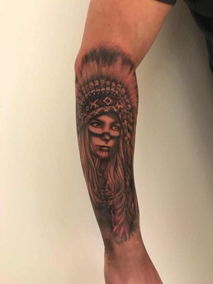 Tattoo von einem Indianer porträt einer Frau auf dem Arm