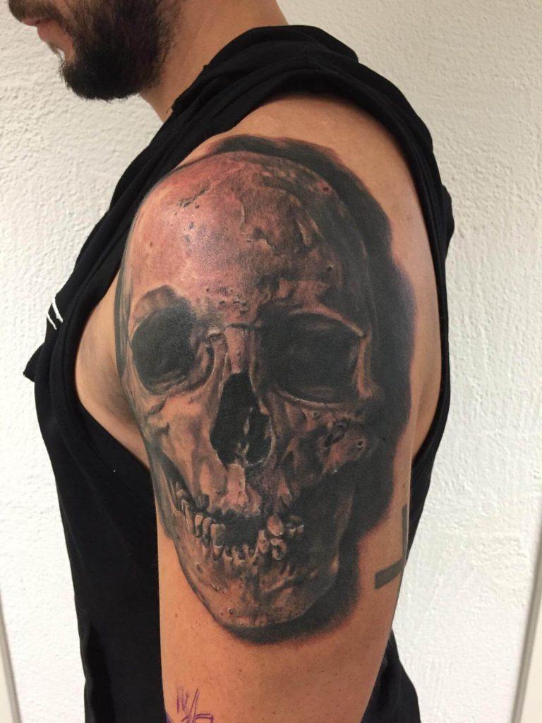 Totenkopf Tattoo auf dem Oberarm