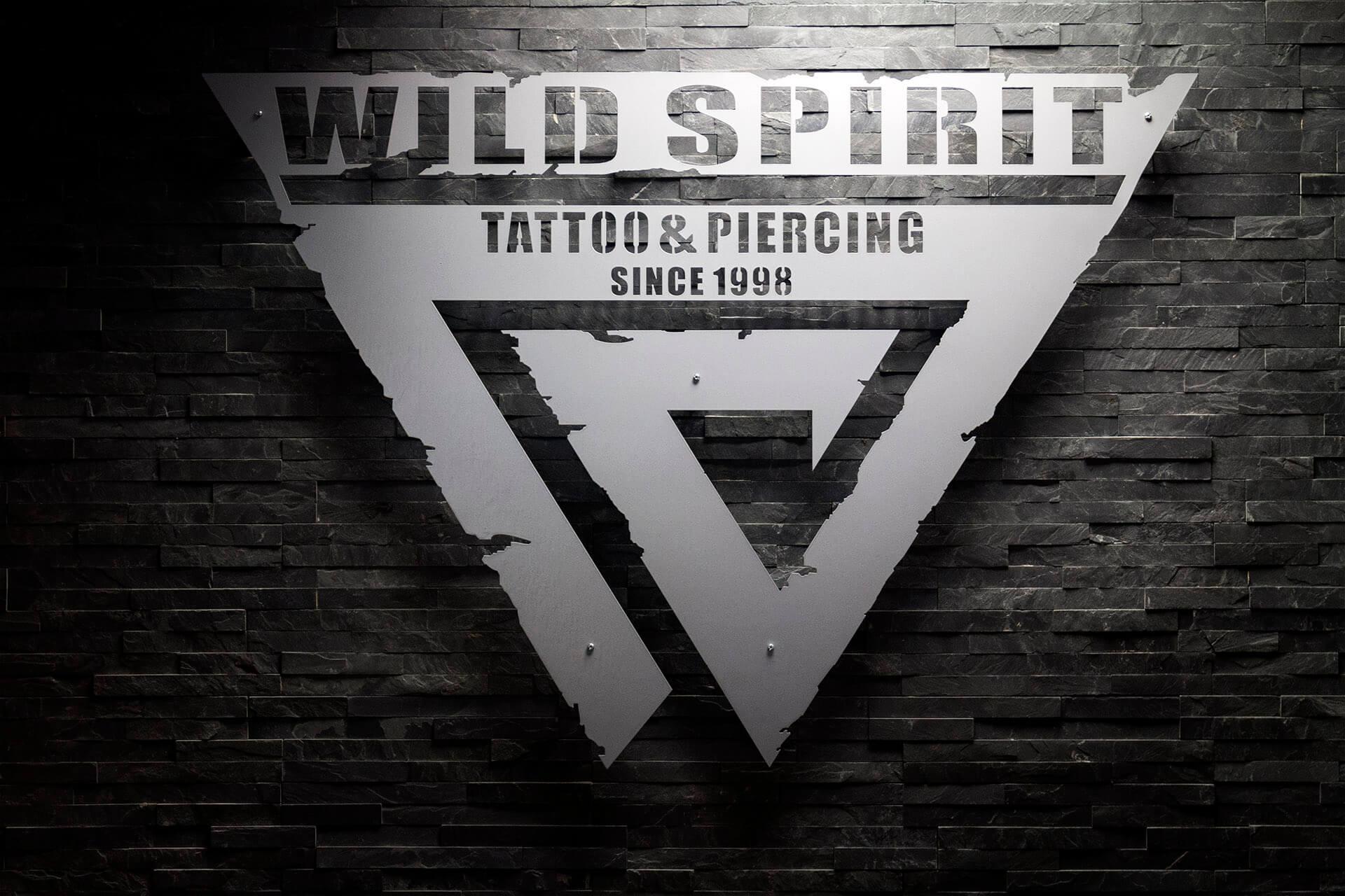 Steinwand von Wild Spirit mit Logo